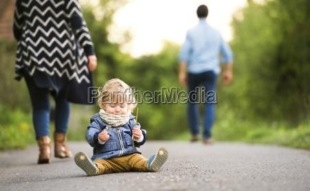 foraeldre forlader lille dreng pa marken