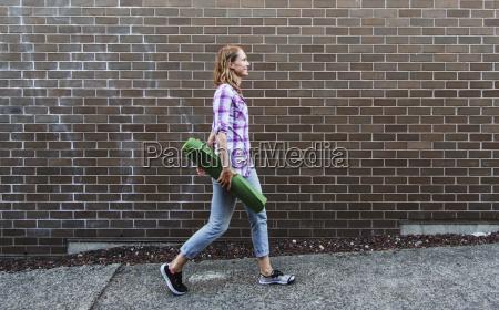 ung kvinde ga ned fortov transporterer