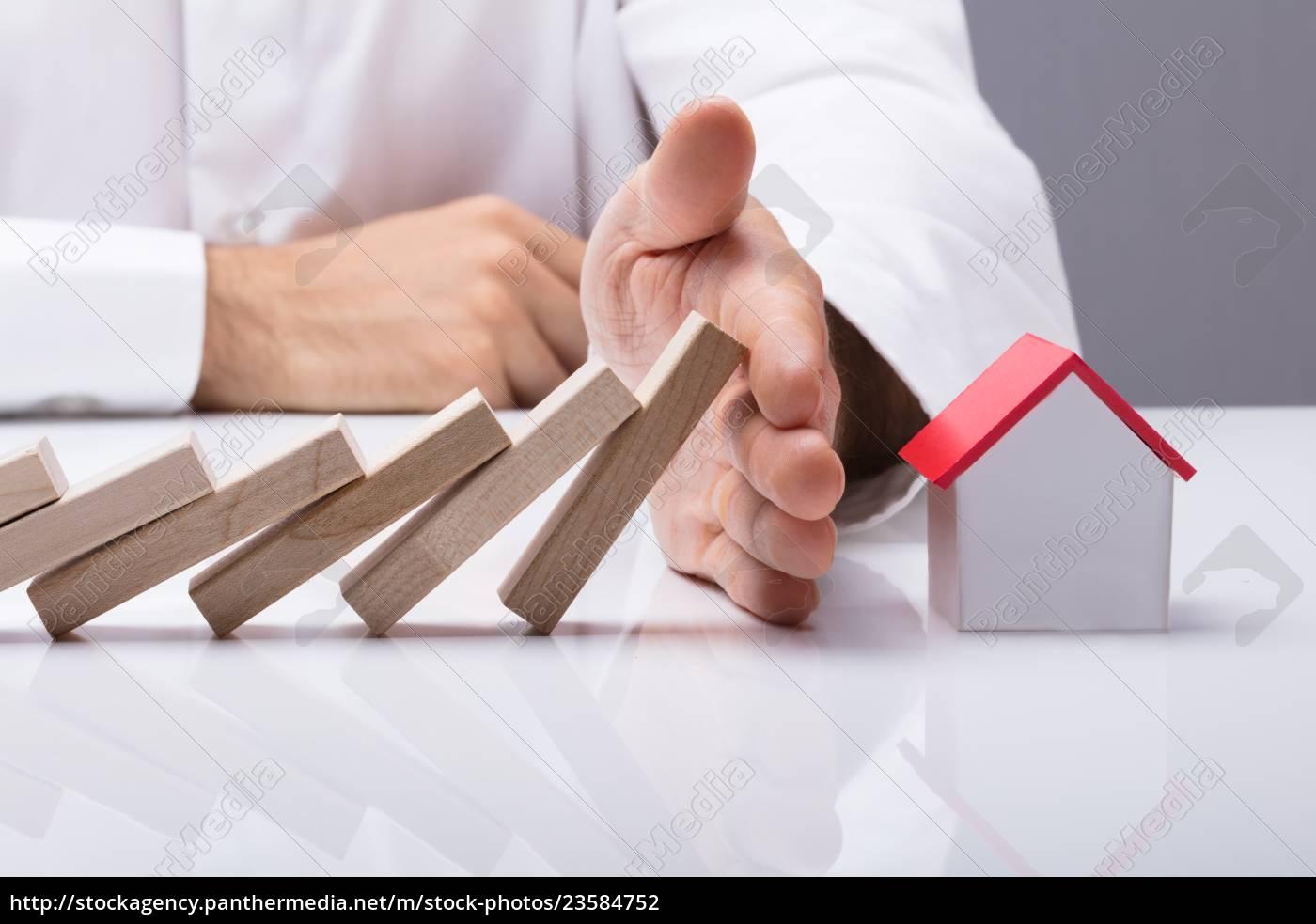 menneskelige, hånd, standsning, af, træblokke, fra - 23584752