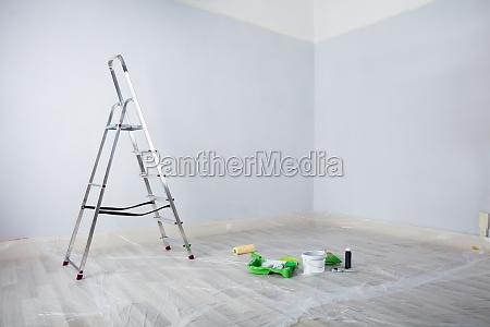 malet hvidt vaerelse med stigen og