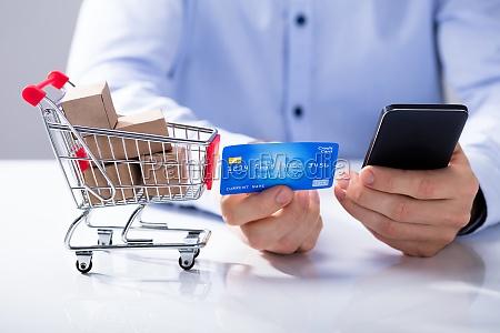 man bruger kreditkort til shopping online