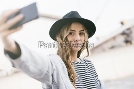 portraet af fashionable ung kvinde ifort