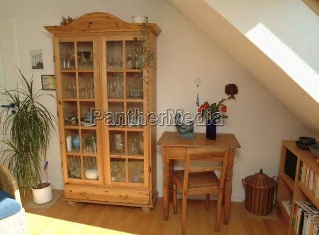 stue med naturtrae mobler kabinet vitrine
