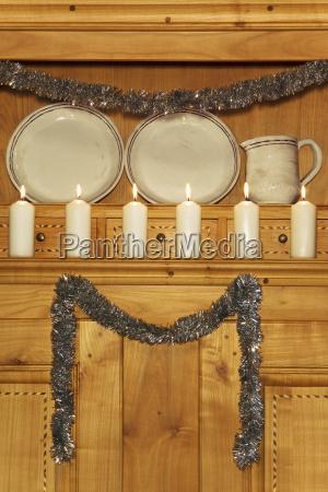 brændende, hvide, stearinlys, på, et, kabinet - 23751814