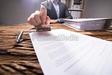 kontor hand stempel dokumenterede certifikat godkende
