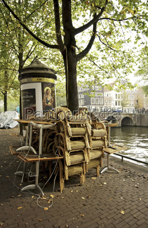 korbstuehle en restaurantes stablet op foran