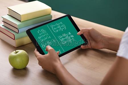 laerer skrivebord digital tablet studerende kostskole