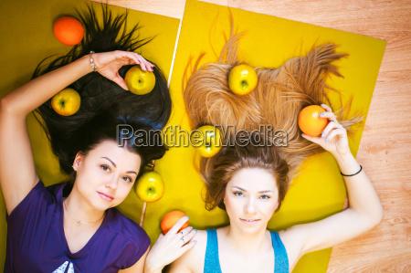 kvinde fnise smiler kvinder mad levnedsmiddel