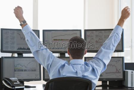 mandlige erhvervsdrivende lofter arme i succes