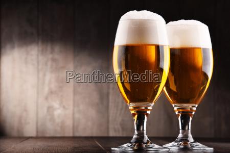 komposition med to glas pilsner ol