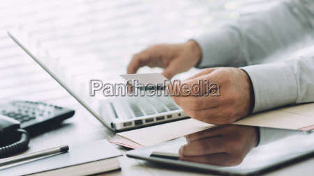 forretningsmand gor online banking