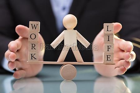 forretningsmand der beskytter balancen mellem liv