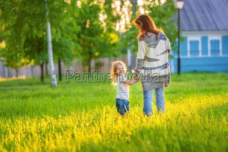 mor og lille datter i foraret