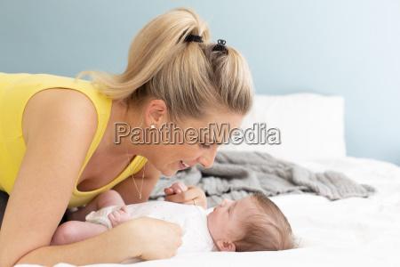 smuk ung mor med gul skjorte