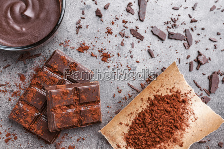 laekker chokolade pa en rustik baggrund