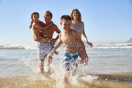 familie pa sommer strand ferie lobe