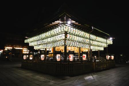belyst japansk kulturarrangementhaengende pa tempel