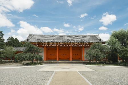 traditionel bygning mod himlen