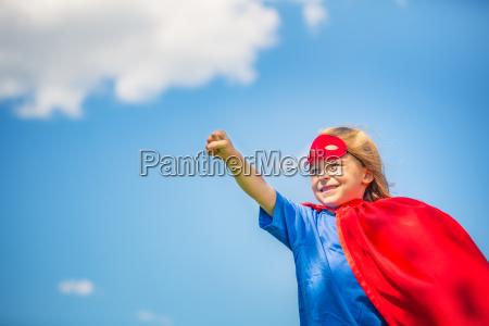 funny lille pige spiller magt superhelt