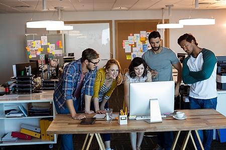 kreativt forretnings team der arbejder sammen