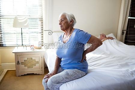 senior kvinde lider af rygsmerter i