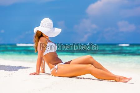 ung, kvinde, på, den, tropiske, strand - 25131354