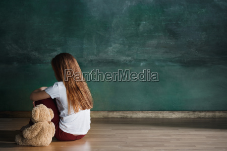lille pige med bamsen sidder pa