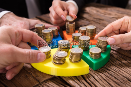 forretningsfolk stabling monter pa cirkeldiagram