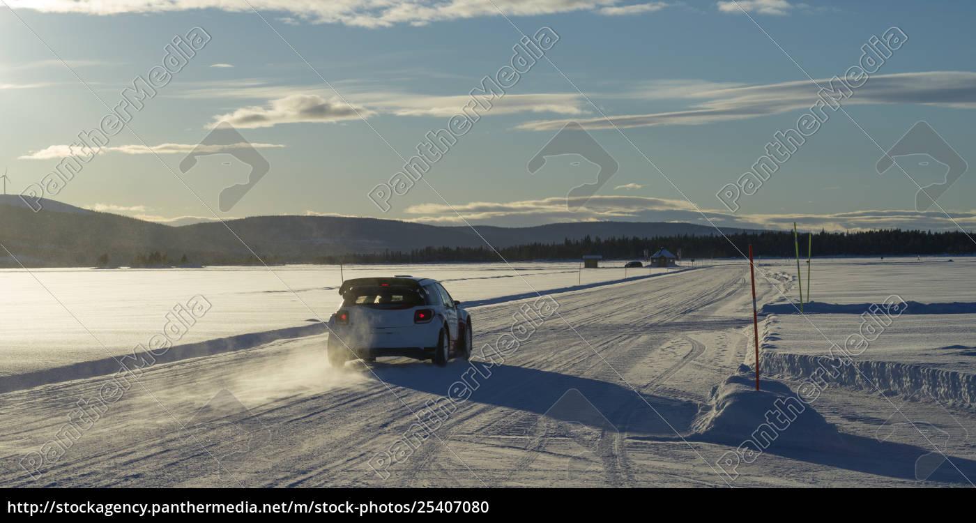 en, bil, kører, over, en, snedækket - 25407080