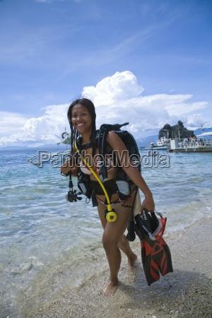 ung kvinde med dykkerudstyr staende i