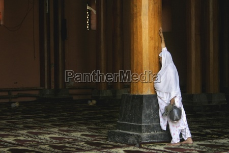 kvinde i tempel jamia masjidsrinagarkashmirindien