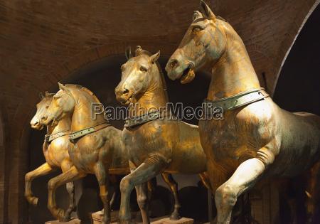 statue af fire heste i markus