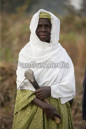 portraet af en kvinde der holder