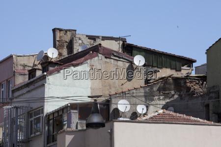 rundown bygninger med parabolantenner istanbul tyrkiet