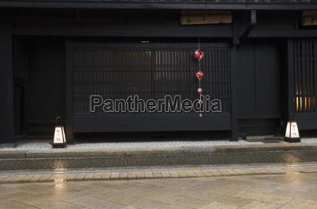 traditionelles dunkles holzgebaeude kyotojapan