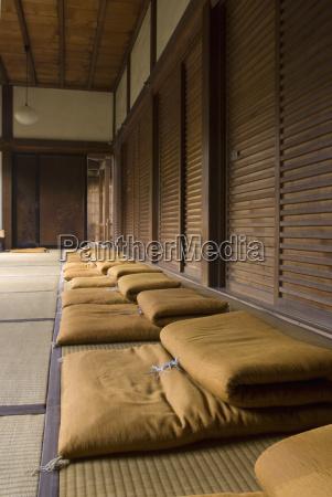 reihe von meditationskissen in einem japanischen