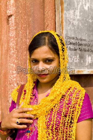 indienalt delhifrau in bunten kostuemen sari