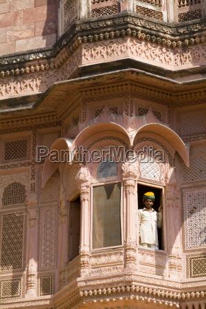indienrajasthanjodhpurfort mehrangarhman in window of fort