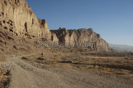 bamiyan escarpment mit hunderten von hoehlen