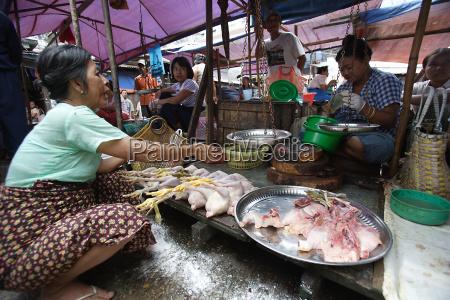 kvinde korer lille marked stall saelger