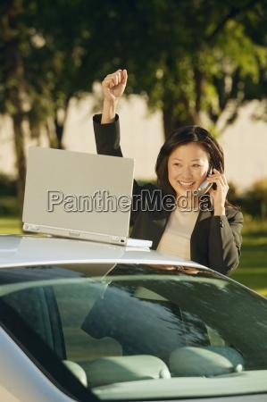forretningskvinde modtager gode nyheder