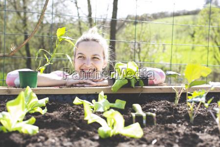 ung smuk blond kvinde forbereder grontsager