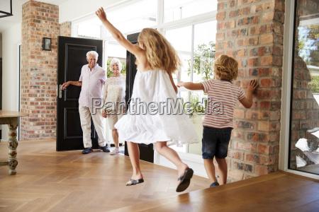 kvinde fnise smiler hilsen bedstefar bedstefader