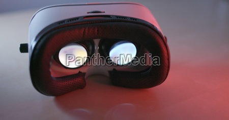virtual reality device with red light