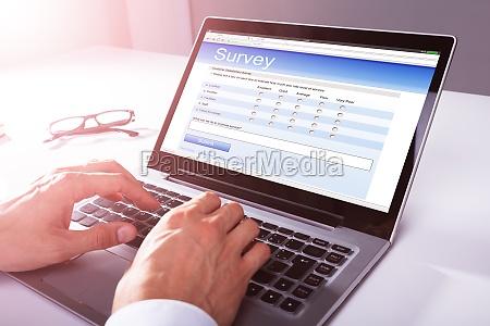 forretningsmand udfylde online survey form pa