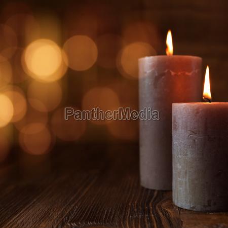 braendende stearinlys og gyldne lys