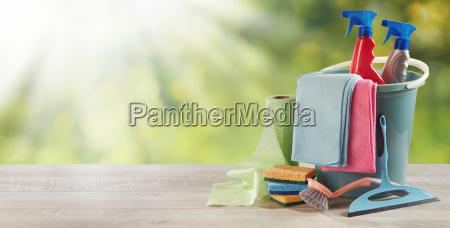 husholdnings rengoringsmateriel pa et havebord