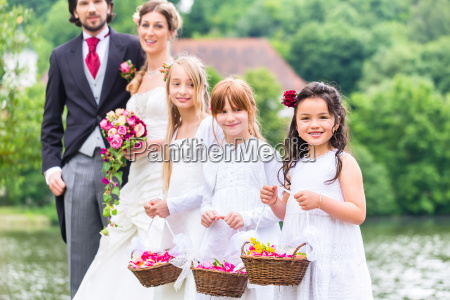 bryllup brudepiger born med blomst kurv