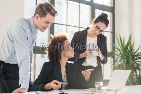 ung kvindelig medarbejder beder om rad