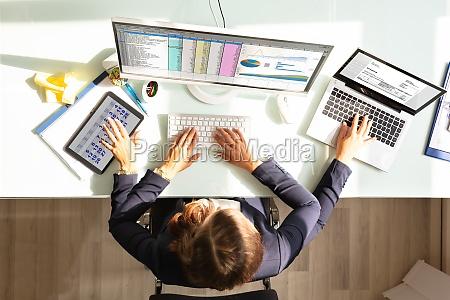 forretningskvinde udforer multitasking arbejde i office